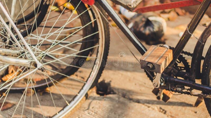 Klassische hölzerne Fahrrad-Pedale stockbilder