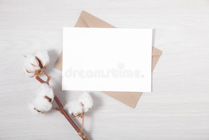 Klassische Hochzeit laden mit einem Zweig von Baumwolle ein stockbild