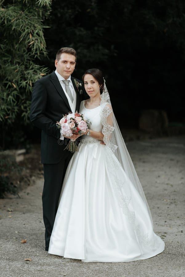 Klassische Hochzeitspaare Braut und Bräutigam am Hochzeitstag im Park lizenzfreie stockfotografie