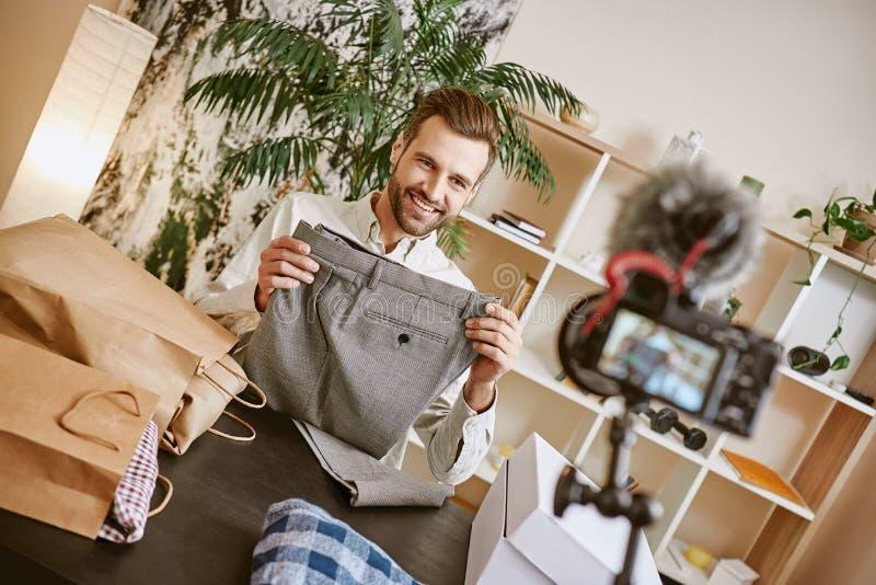 Klassische Hosen Positiver männlicher Mode Blogger, der stilvolle graue Hose bei der Herstellung des neuen Inhalts für sein Modeb stockfoto
