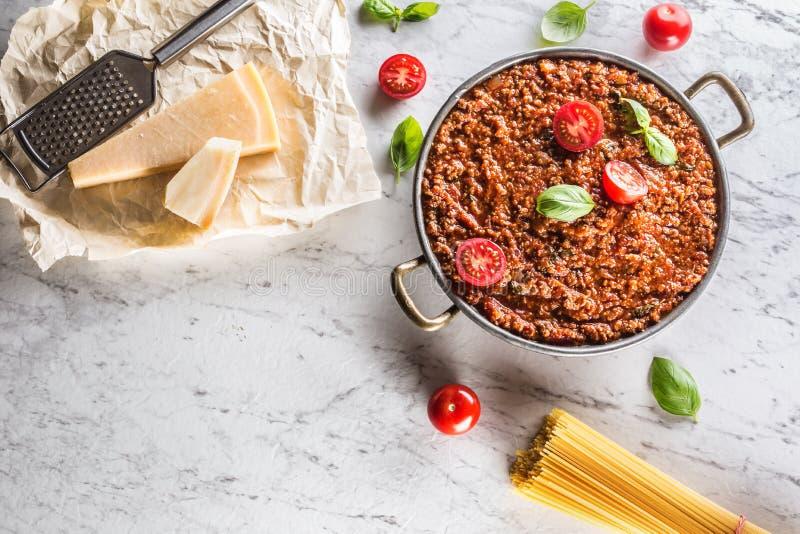 Klassische italienische Soße von Bolognese mit Bestandteilteigwarenspaghettis lizenzfreie stockbilder