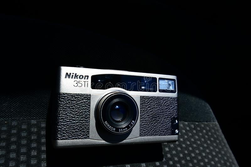 Klassische Kamera Vertrag Nikon 35Ti mit schwarzem Leder lizenzfreies stockbild