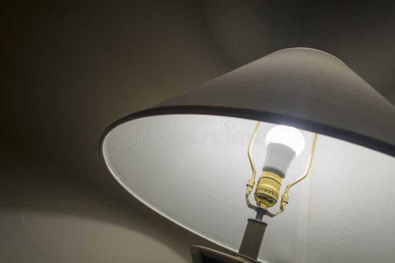Klassische Lampe auf der weißen Birne des Schreibtisches beleuchtet lizenzfreie stockfotos