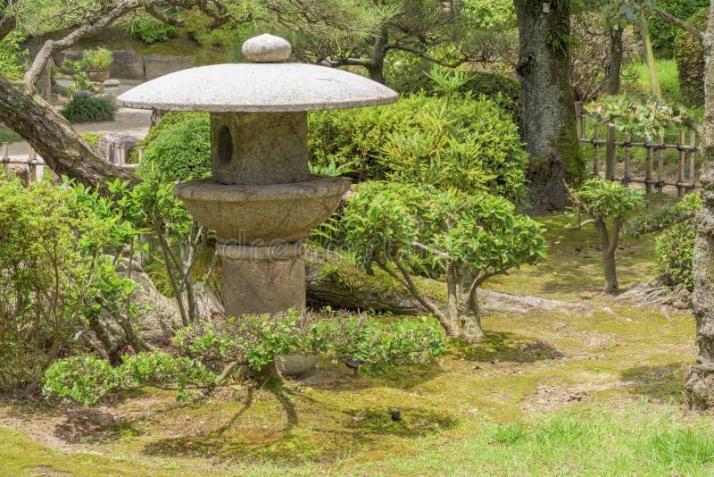 Klassische Laterne hergestellt vom Felsen in einem Garten Japan lizenzfreies stockbild