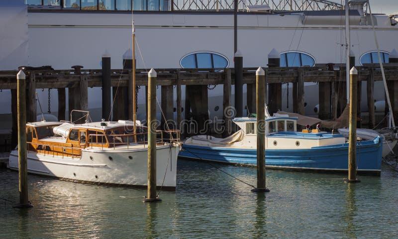 Klassische Motorboote vor einem Superyacht Viadukt-Hafen, Auckland Neuseeland stockbild
