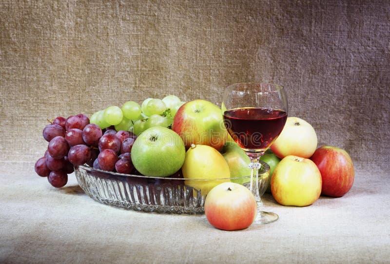 Klassische Nochlebensdauer mit Frucht und Weinglas stockbilder
