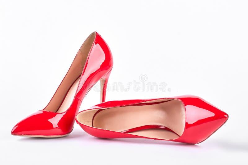 Klassische rote Schuhe auf hohen Absätzen lizenzfreie stockfotografie
