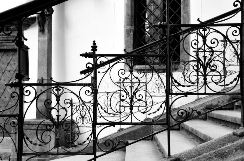 Klassische Schmiedeeisentreppe in Cesky Krumlov, tschechisch stockbilder