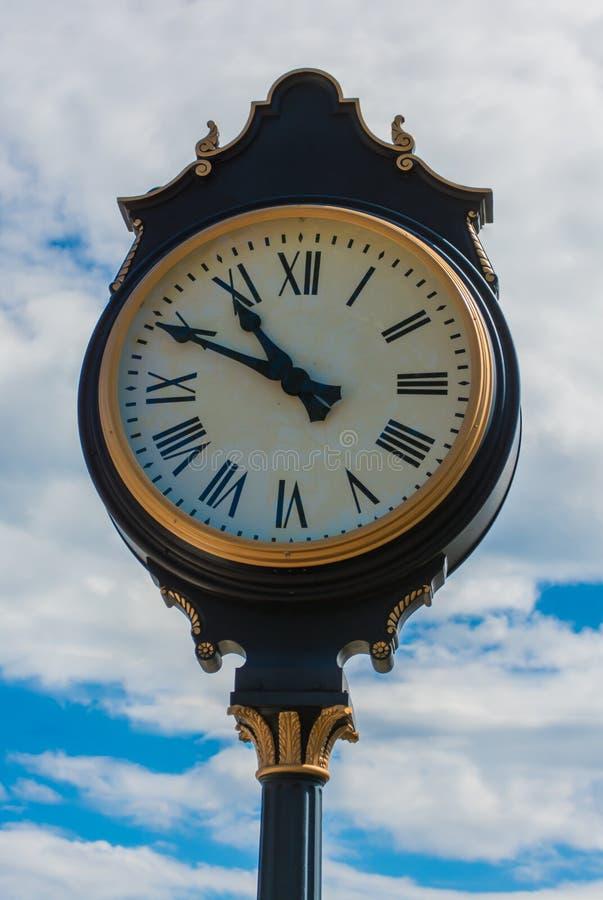 Klassische Straßen-Uhr auf einem warmen Sommer-Tagesabschluß oben lizenzfreie stockbilder