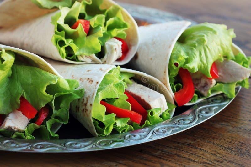 Klassische Tortillaverpackung mit gegrilltem Huhn und Gemüse lizenzfreies stockfoto
