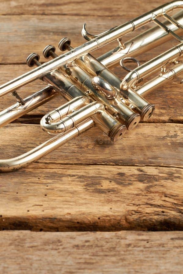 Klassische Trompete auf hölzernen Brettern stockbild