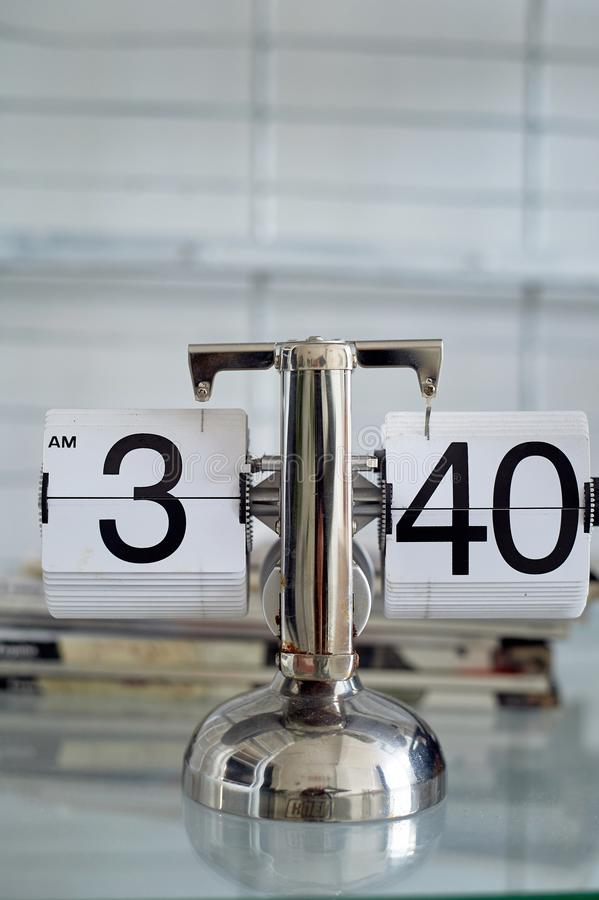 Klassische Uhr des leichten Schlages auf einem Metallstand im Innenraum Das Thema der Zeit und der Pünktlichkeit lizenzfreie stockbilder