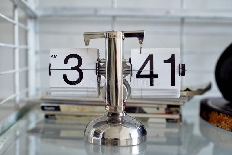 Klassische Uhr des leichten Schlages auf einem Metallstand im Innenraum Das Thema der Zeit und der Pünktlichkeit lizenzfreies stockbild