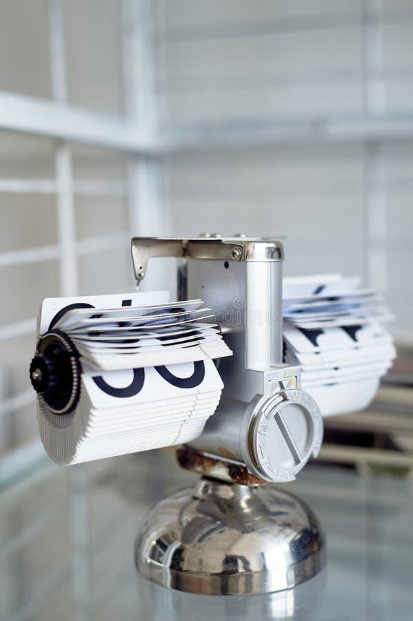 Klassische Uhr des leichten Schlages auf einem Metallstand im Innenraum Das Thema der Zeit und der Pünktlichkeit stockbilder