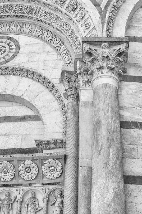 Klassische Wand mit würdevoller Spalte und Bogen stockbild