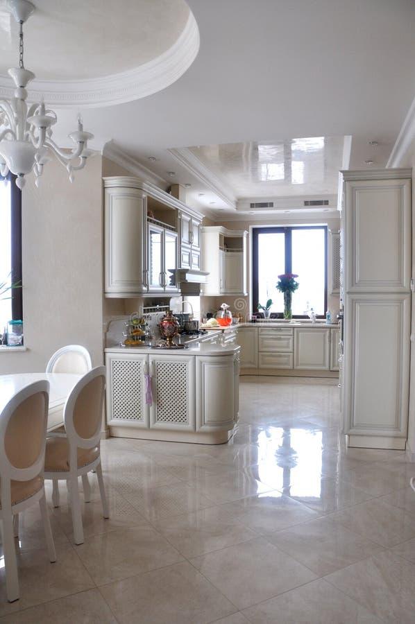 Klassische Weiße Küche Mit Dem Speisen Stockbild - Bild von innen ...