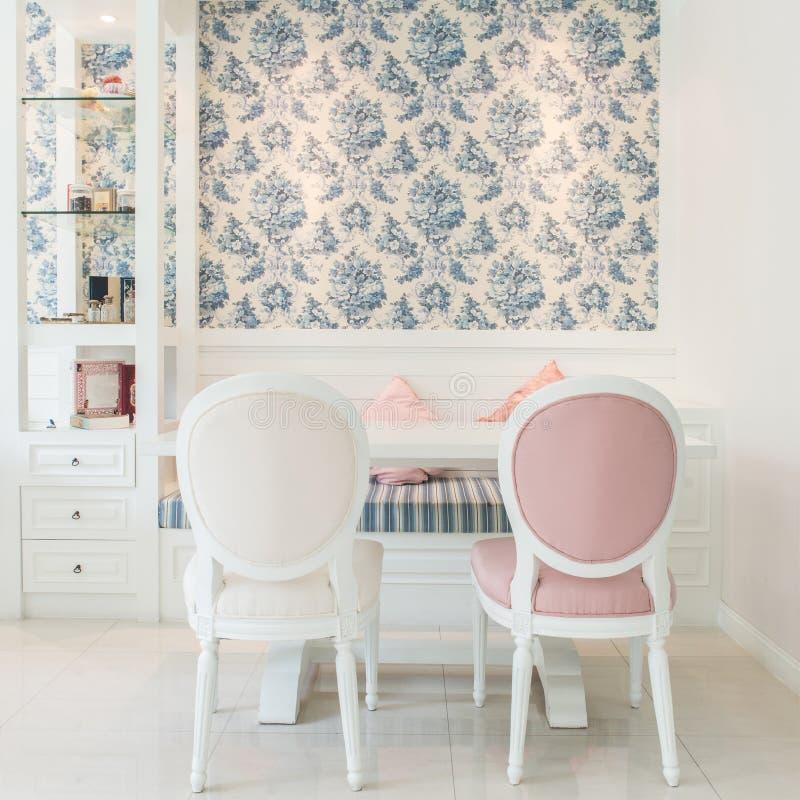 Klassische Weinlese-Art-Möbel stellten in ein Wohnzimmer ein stockbilder