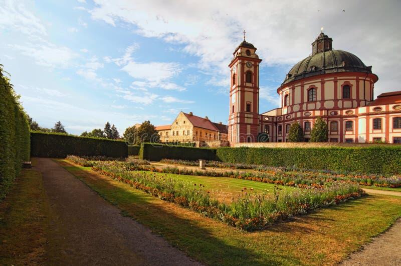 Klassische Weitwinkelansicht der überraschenden Kathedrale und des szenischen Gartens im berühmten barocken Palast Jaromerice nad lizenzfreie stockfotografie