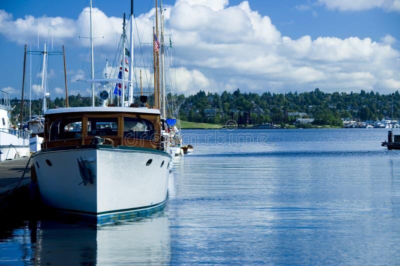 Klassische Yacht am Jachthafen stockbilder