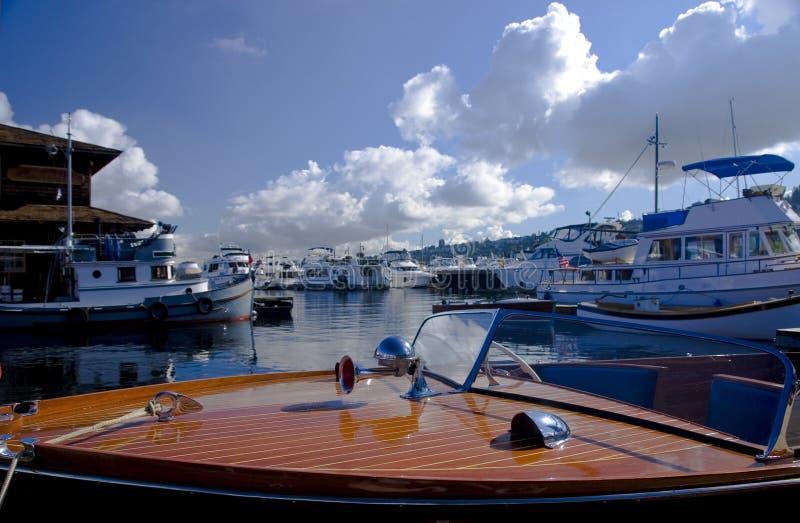 Klassische Yacht am Jachthafen lizenzfreies stockbild