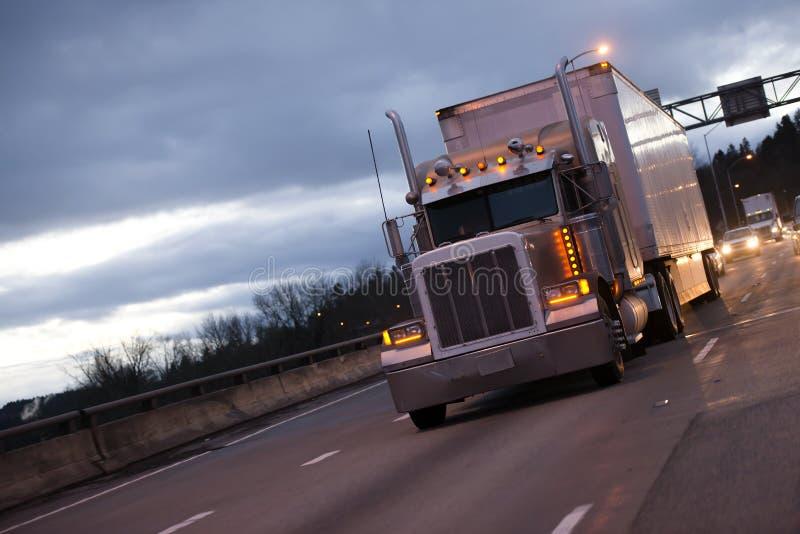 Klassischer amerikanischer großer der Anlage LKW-Traktor und -anhänger halb auf eveni lizenzfreies stockbild