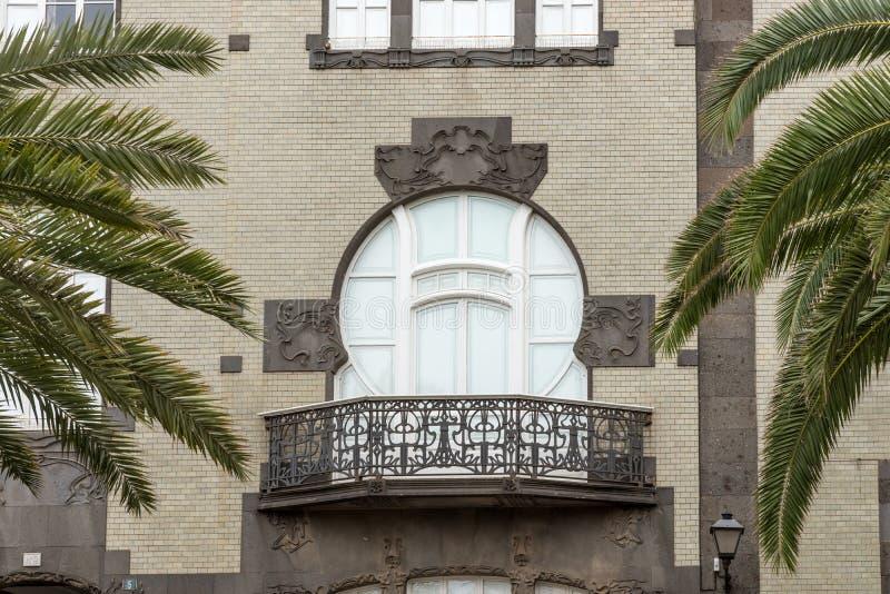 Klassischer Artbalkon auf dem Gebäude stockfoto