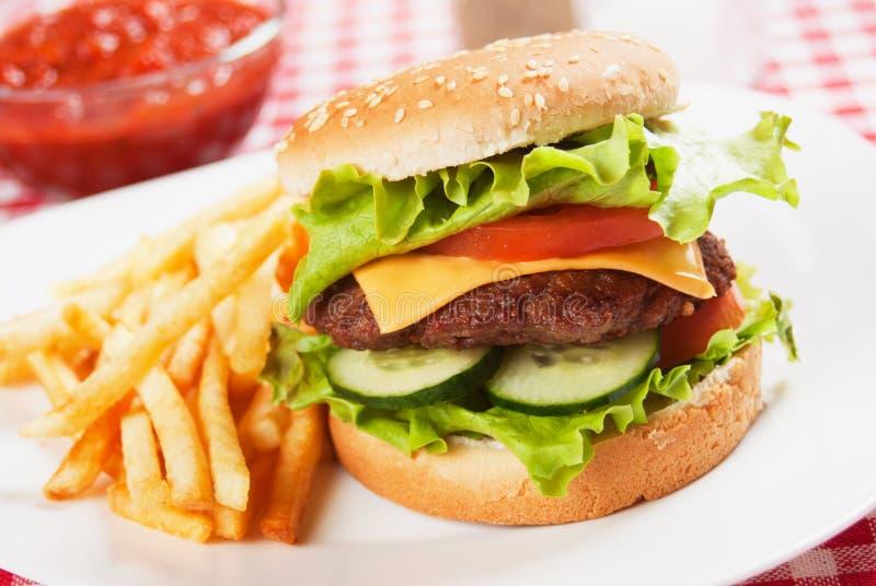 Klassischer Hamburger mit Pommes-Frites stockfotos
