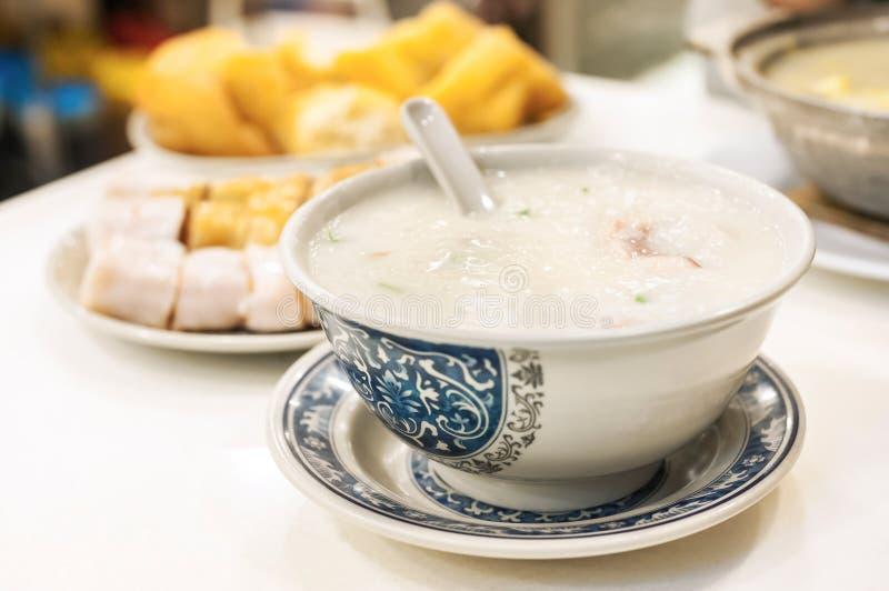 Klassischer Hong Kong-Congee gedient im lokalen Café stockfotos