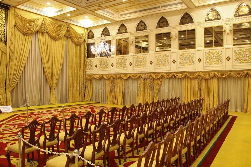 Klassischer Innenraum  Blaue Stühle und hölzerne Tabelle stockbilder