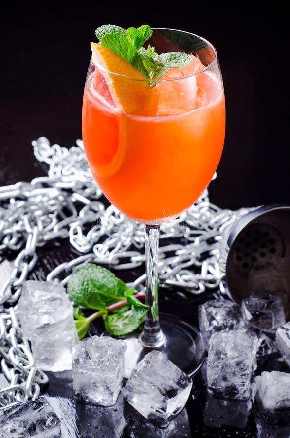 Klassischer Italiener Aperol Spritz Cocktail bestehendes prosecco, Aperitif und Sodawasser mit orange Scheibe, frische Minze lizenzfreies stockfoto