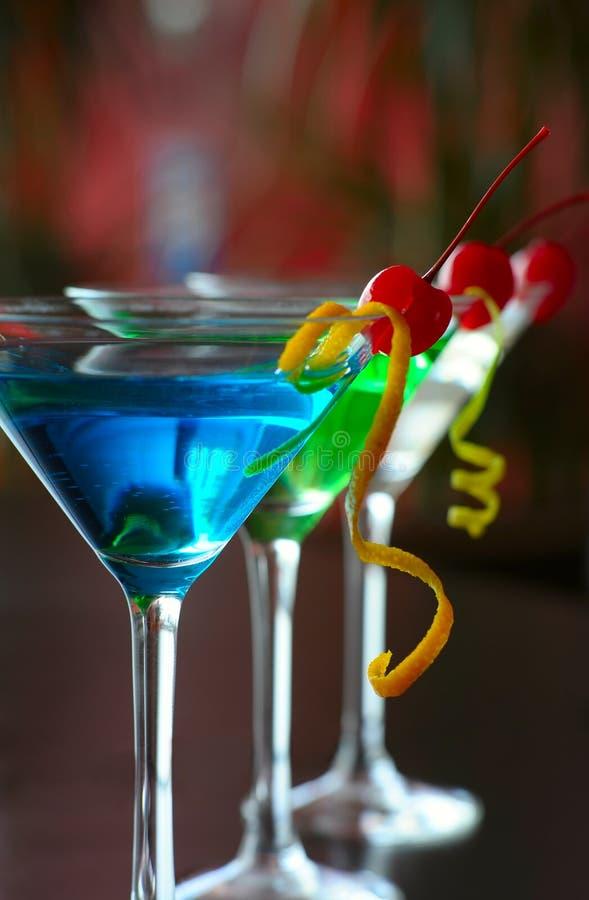 Klassischer Martini mit Beeren einer Kirsche stockbilder