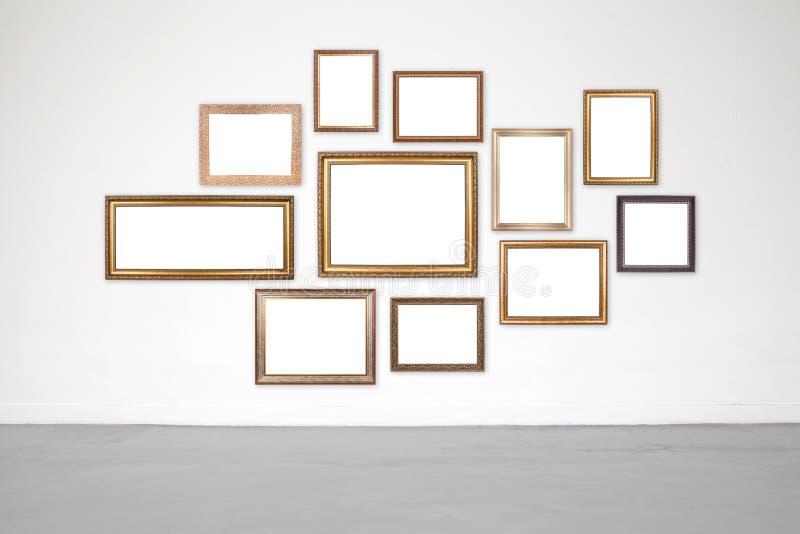 Klassischer Rahmen auf Weißzementwand in der Galerie lizenzfreies stockfoto