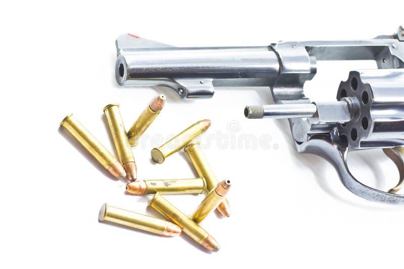Klassischer Revolver und Gewehrkugeln stockfotografie