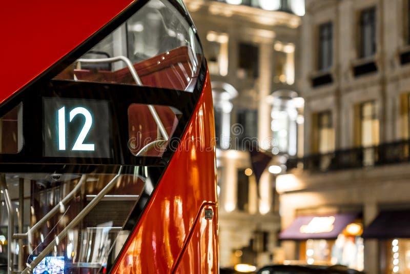 Klassischer roter Bus Londons in der Weihnachtszeit, London lizenzfreie stockfotos