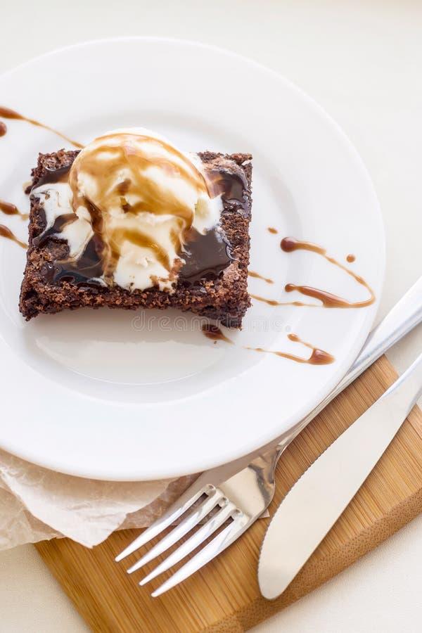 Klassischer Schokoladennachtisch mit einem Tasse Kaffee - Schokoladenkuchen und Eiscreme lizenzfreie stockfotografie