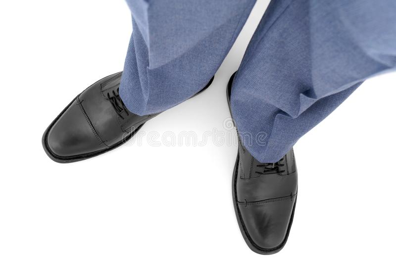 Klassischer Schuh auf dem Fuß des Mannes stockbild