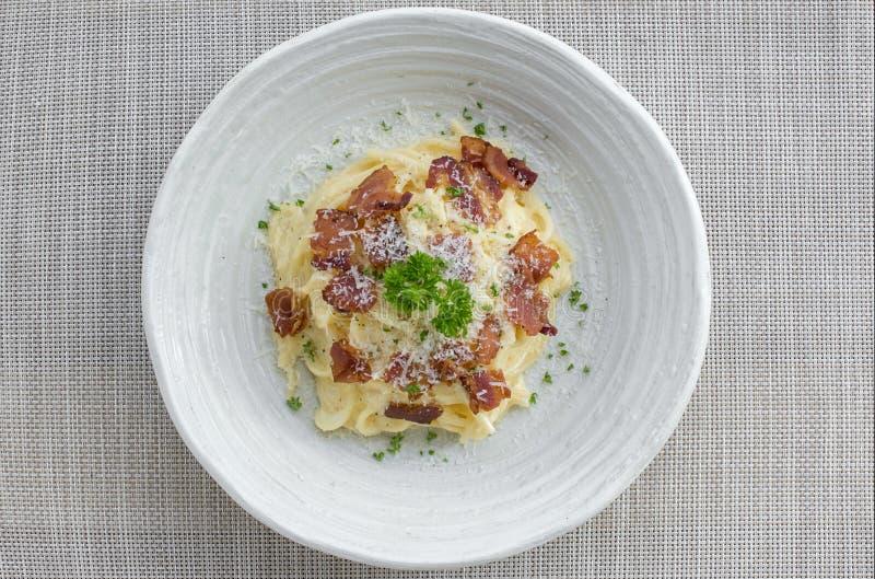 Klassischer selbst gemachter Teigwaren Carbonara-Italiener Spaghettis mit Speck, stockfotografie