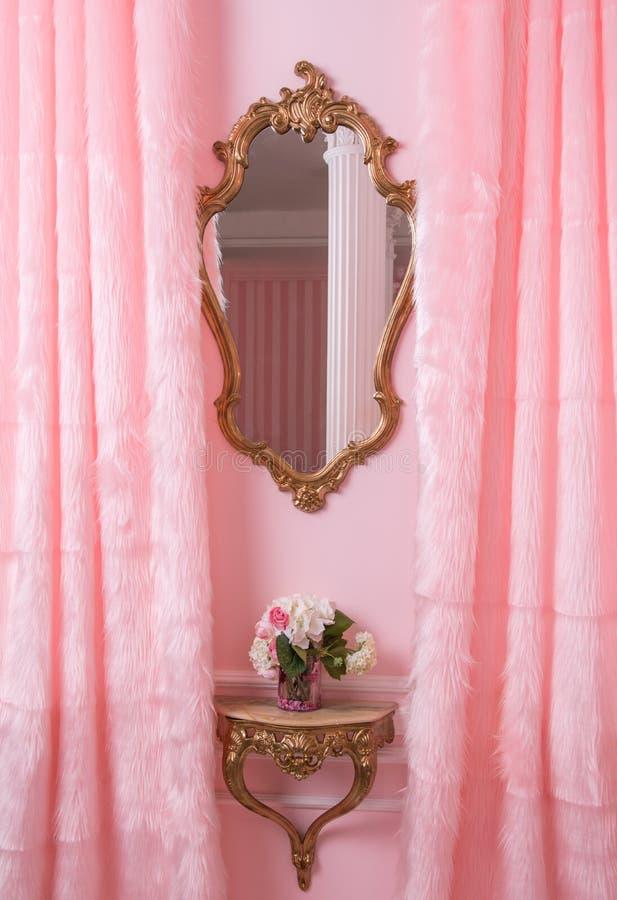 Klassischer Spiegel im rosa Innenraum lizenzfreies stockfoto
