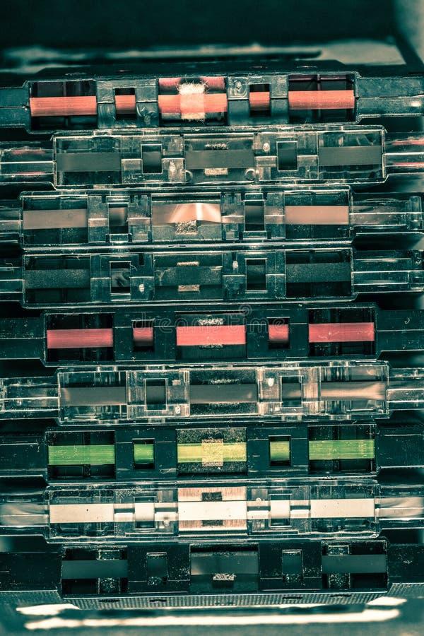 Klassischer Stapel der Kassette auf Holztisch lizenzfreies stockfoto