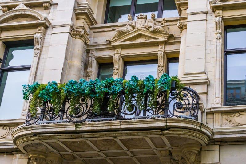 Klassischer und historischer verzierter Balkon im Stadtzentrum von Antwerpen, Antwerpen, Belgien, am 23. April 2019 lizenzfreies stockfoto