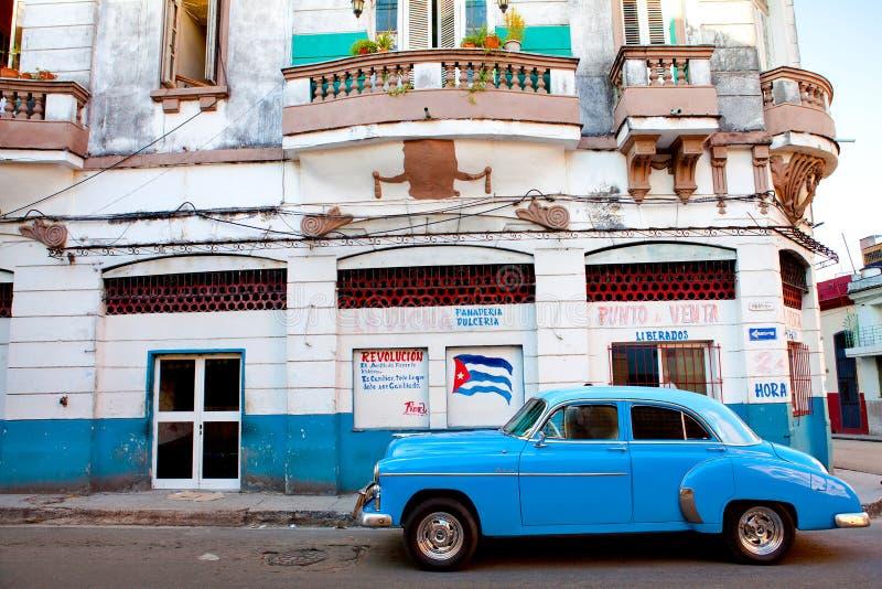 Klassisches amerikanisches Auto parkte in einer Straße von altem Havana stockfotografie