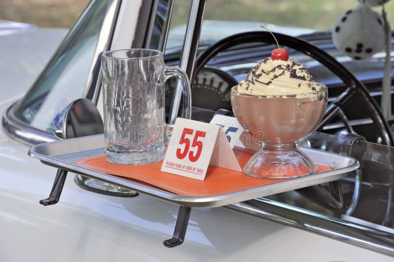 Klassisches amerikanisches Jahrauto und Fastfoodthema lizenzfreies stockfoto