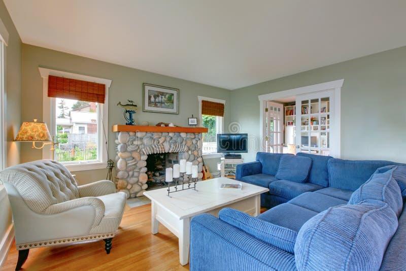 download klassisches amerikanisches wohnzimmer mit blauem sofa und kamin stockfoto bild 73268216 - Amerikanisches Wohnzimmer