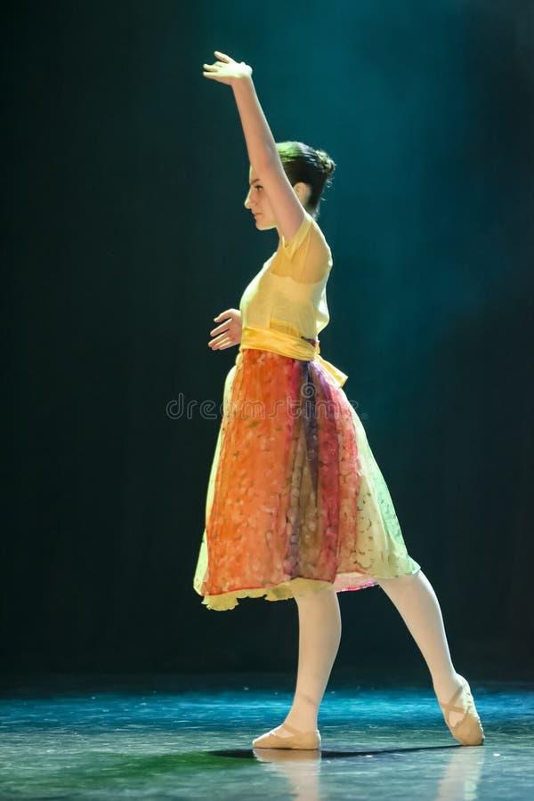 Klassisches Ballerinatanzen auf Stadium lizenzfreie stockfotografie