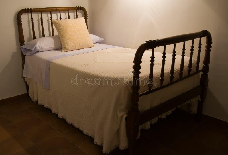 Klassisches Bett in landwirtschaftlichem umgebendem. stockfoto