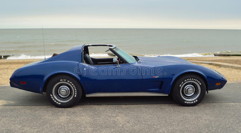 Klassisches blaues Korvette-Sport-Auto auf Seeseitepromenade lizenzfreies stockbild