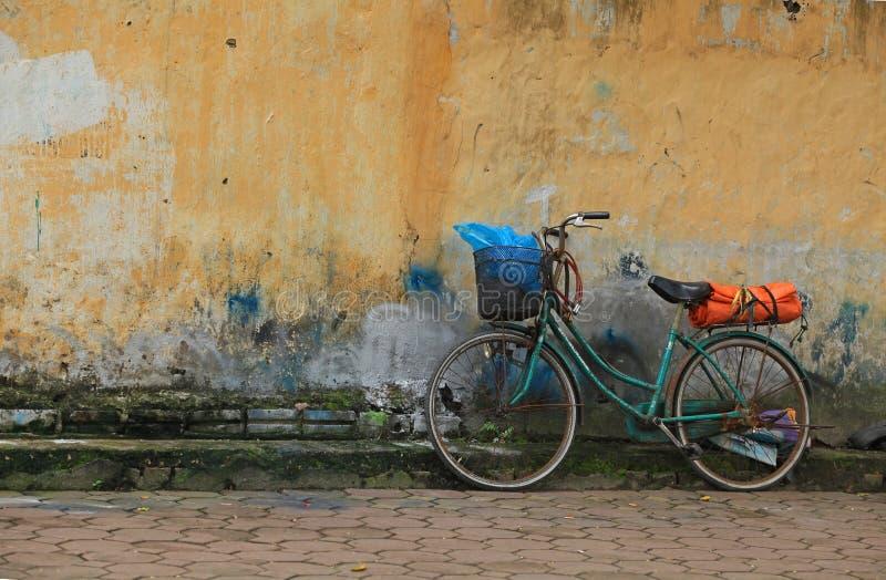 Klassisches Fahrrad gegen eine Backsteinmauer stockfotos