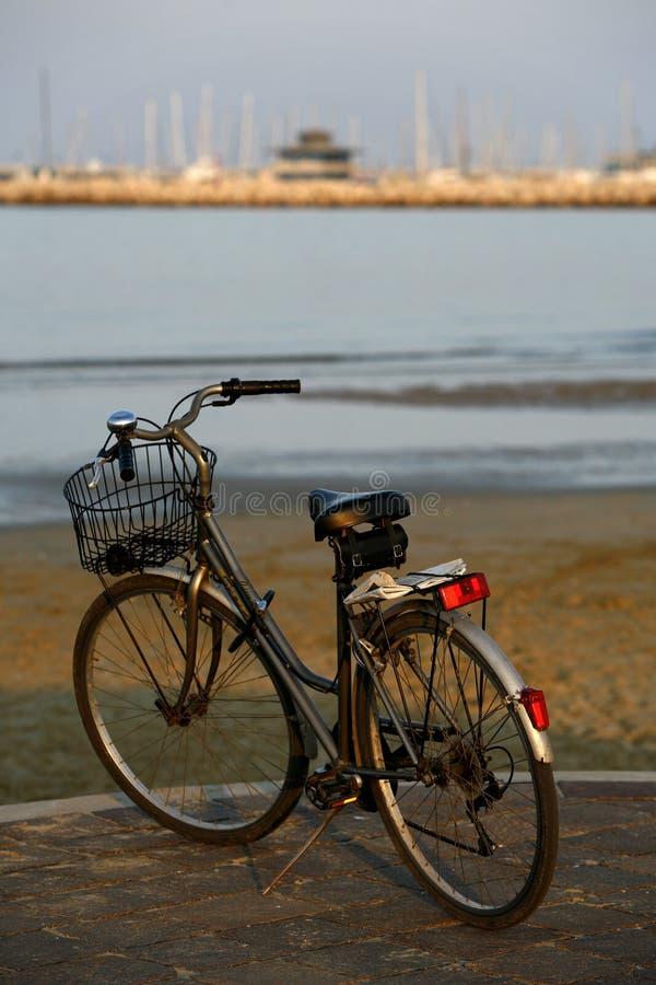 Klassisches Fahrrad am Sonnenuntergang lizenzfreie stockfotos