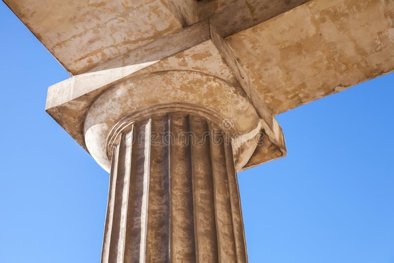 Klassisches Fragment der dorischen Säulenordnung mit Spalte lizenzfreies stockfoto