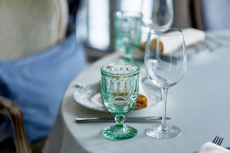 Klassisches Gedeck am Bankett Gläser hellgrünes Glas Wedding Bankett stockfoto